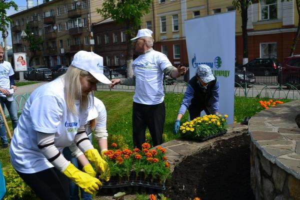 Воронежские газовики посадили цветы рядом с детской художественной школой