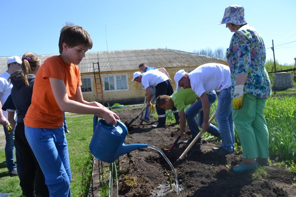 Воронежские газовики провели мероприятие по озеленению территории Новоосиновской  школы-интерната для обучающихся с ограниченными возможностями здоровья